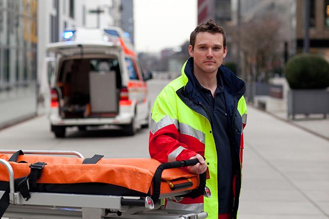 Foto: Einsatzkraft vor Krankenwagen