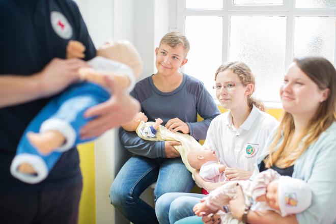 Inklusion und jung und alt, Rotkreuz Symbolfotos, Babysitterausbildung, Flugdienst, Kontakt-/Begegnungsstätte für Arbeitslose, Kleiderläden / Kleiderkammer, Ambulante Pflege